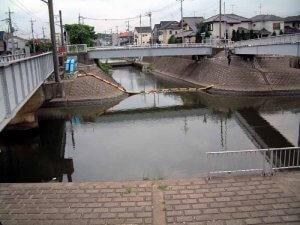 鰭ヶ崎の新坂川と坂川放水路の接続点