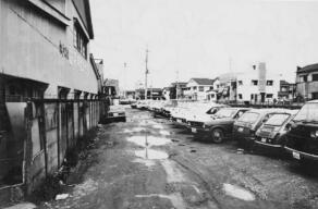 島村俊商店の川側の道